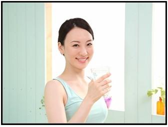 水を飲む女性の画像